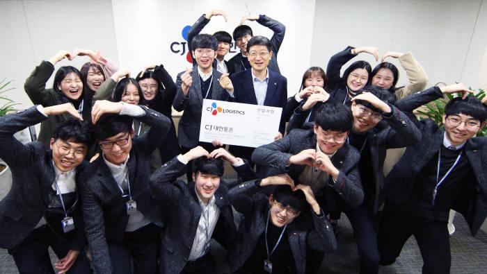 박근태 CJ대한통운 대표(가운데 오른쪽)이 주니어트랙 신입사원들과 기념 촬영했다.