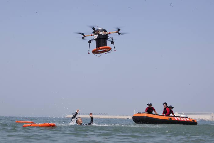 드론으로 해상에서 인명을 구조하는 모습(제공:SK텔레콤)