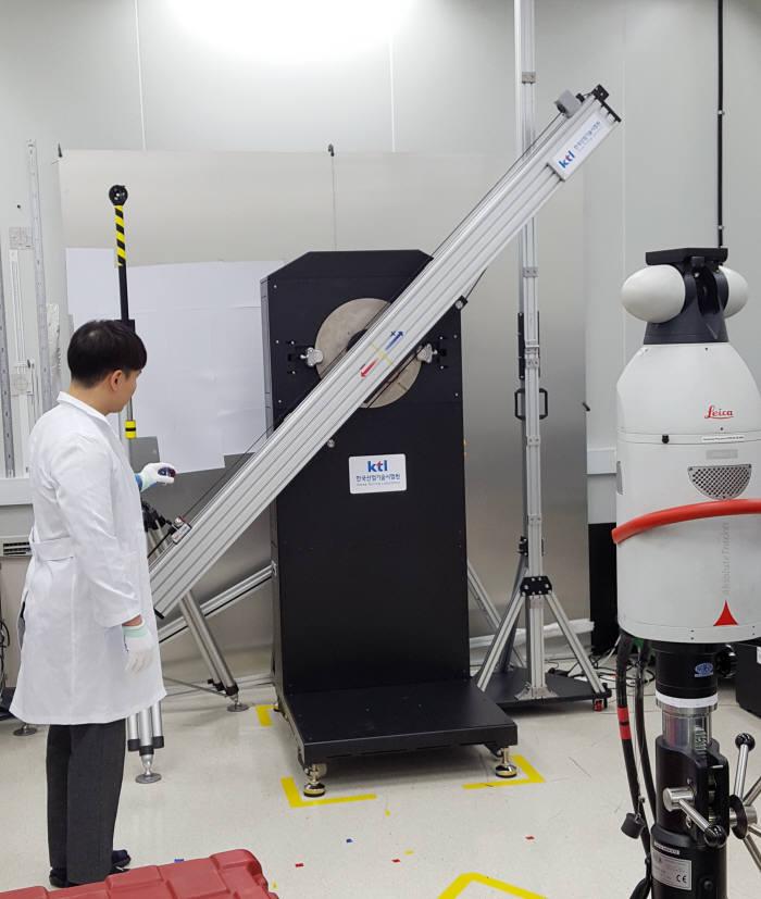 KTL 연구원이 국내 최초로 개발된 레이저 트랙커 교정-보정 기기를 시연하고 있다.
