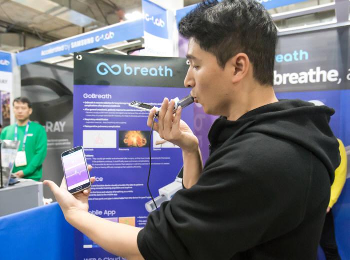 삼성전자 C랩 과제 'Go브레쓰'는 폐 합병증을 예방하는 호흡 재활솔루션이다. C랩 관계자가 솔루션을 선보이고 있다.