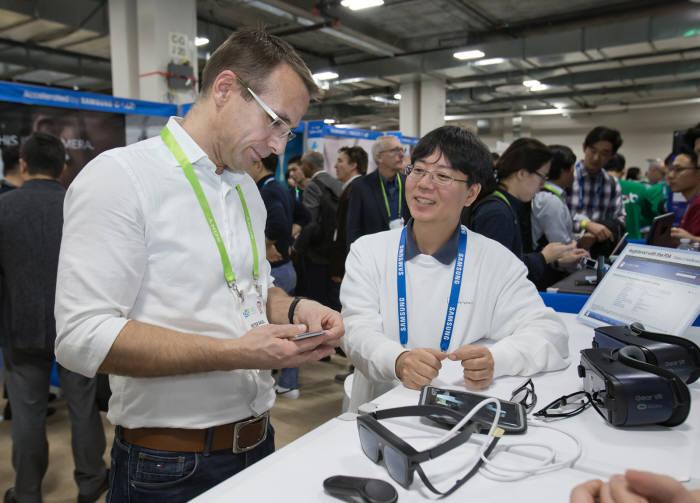 삼성전자 C랩 과제 '릴루미노'는 저시각자를 위한 솔루션이다. 관람객이 선글라스 형태 '릴루미노 글래스' 시제품을 확인하고 있다.