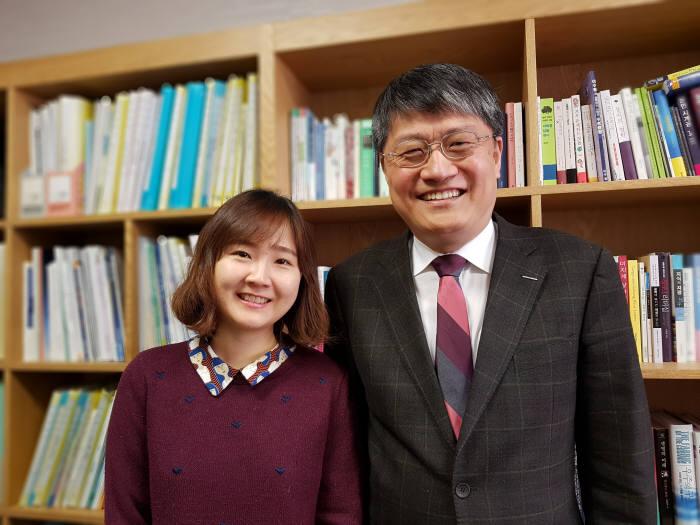 만성 통증 질환중 하나인 섬유근육통이 폭발적으로 동기화되는 뇌때문에 일어난다는 연구결과를 발표한 김승환 포스텍 교수(오른쪽)와 김민경 박사.