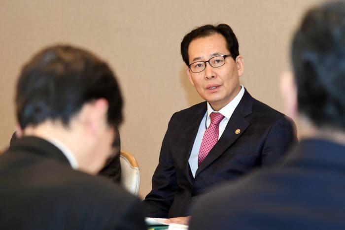 고형권 기획재정부 1차관이 제1차 물가관계차관회의 및 제14차 최저임금 태스크포스(TF) 회의를 주재했다.