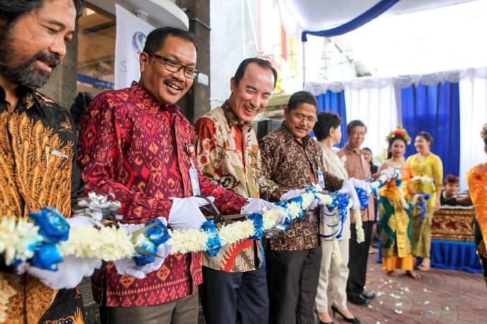 지난 10일 신한인도네시아은행은 세계적인 휴양지 인도네시아 발리섬 바둥(Badung)시에 지점을 개설하고 개점행사를 진행했다. 개점행사에 참석한 변상모 신한인도네시아은행 법인장(왼쪽 세번째)과 Causa Rochman(까우사 로흐만) 인도네시아 발리 금융감독원 부원장(왼쪽 두번째) 및 관계자들이 테이프커팅했다.