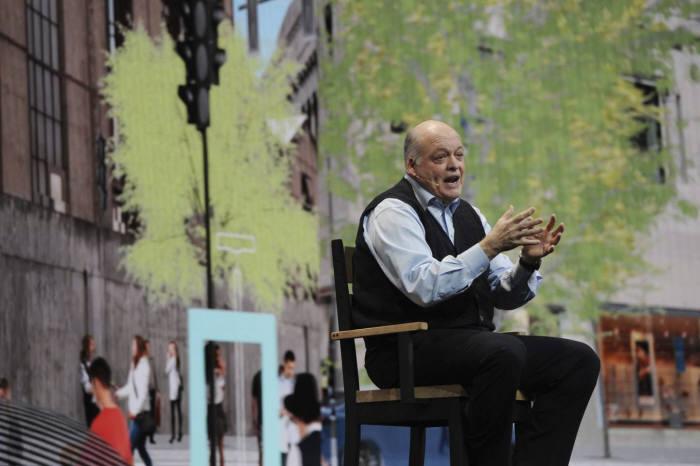 짐 해켓(Jim Hackett) 포드 CEO가 라스베가스에서 열린 'CES 2018'에서 기조 연설 중인 모습.