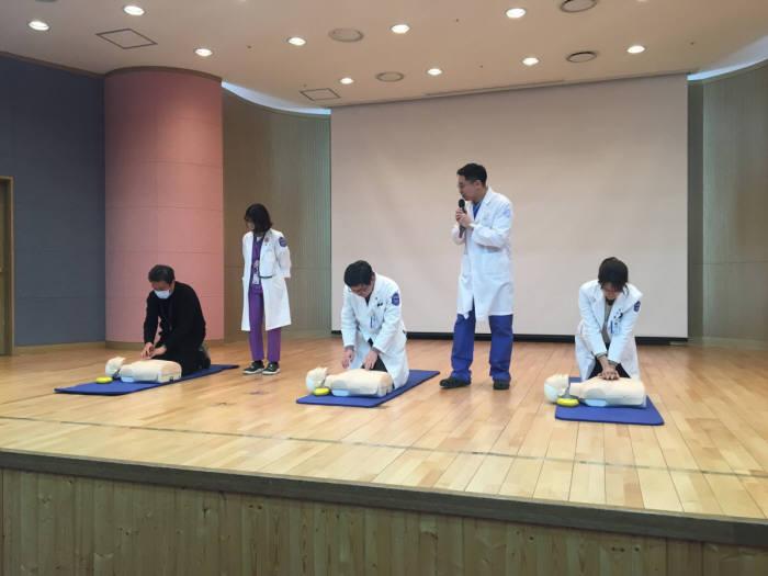 조태진 국제성모병원 응급의학과 교수가 직원 대상 심폐소생술 교육을 하고 있다.