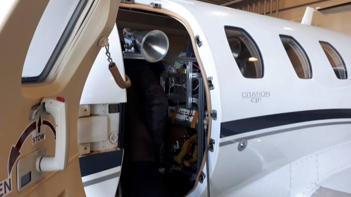 X대역 영상레이더(SAR) 항공기 시험에 사용된 경비행기. 탑승구로 SAR 장비의 철제 안테나가 보인다.