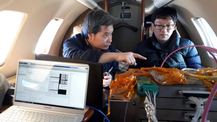 항공기 시험을 지휘하는 신구환 박사(사진 왼쪽)와 SAR 정비를 다루고 있는 이정수 연구원(오른쪽)
