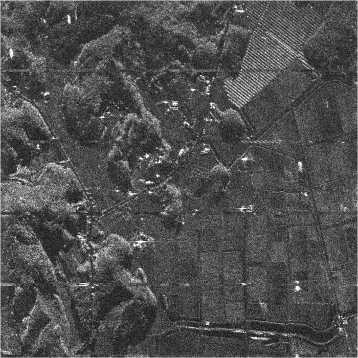 촬영 결과 얻은 태안 원북면 황촌리 태양광 논의 모습. 철 구조물은 반짝이는 흰색 점으로 표시된다.