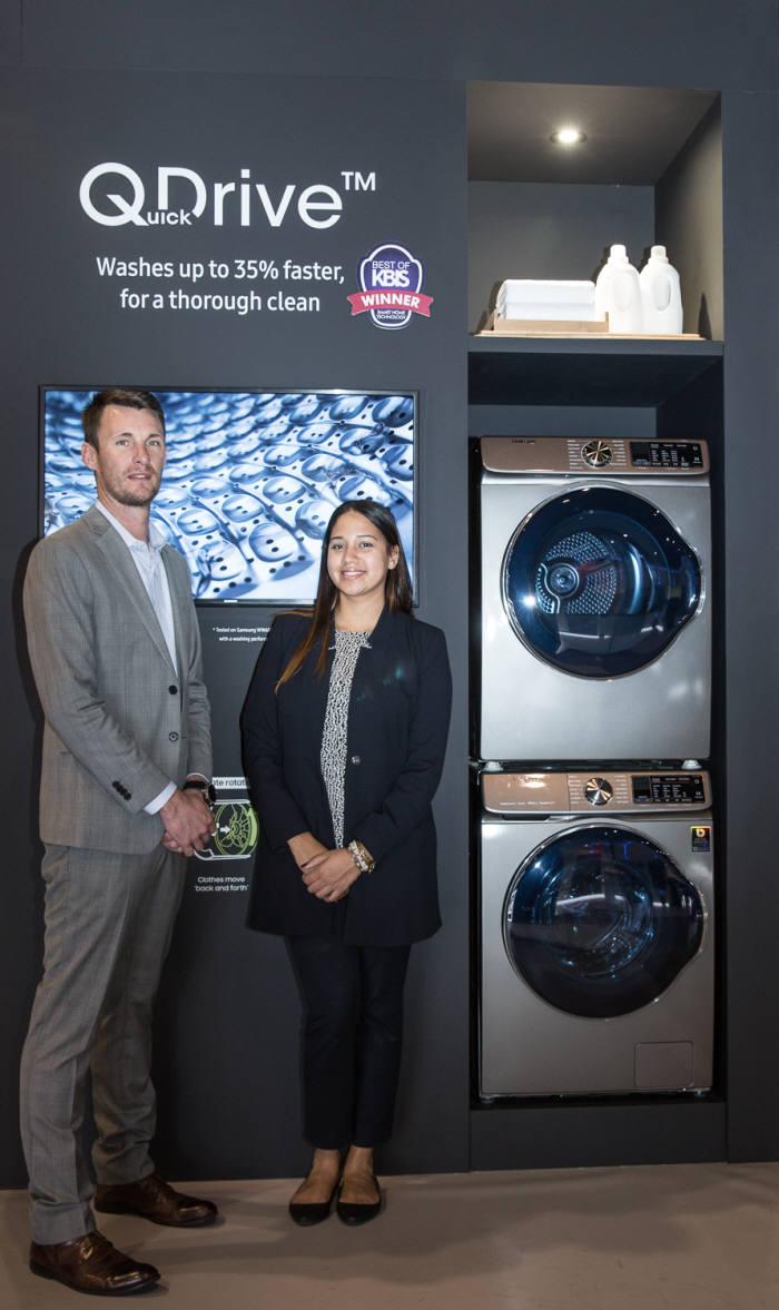 삼성전자 모델이 KBIS 2018어워드 '스마트홈 기술' 상을 받은 '퀵드라이브' 세탁기를 소개하고 있다.
