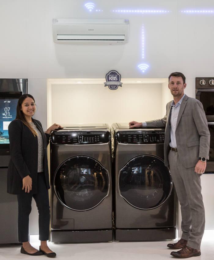 삼성전자 모델이 KBIS 2018어워드 '최고의 주방 제품' 은상을 수상한 플렉스워시 세탁기(왼쪽)와 플렉스드라이 건조기(오른쪽)를 소개하고 있다.