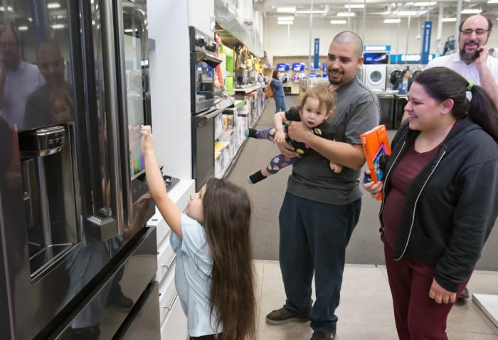 미국 베스트바이 매장에서 어린이 고객이 패밀리허브 냉장고를 체험하고 있다.
