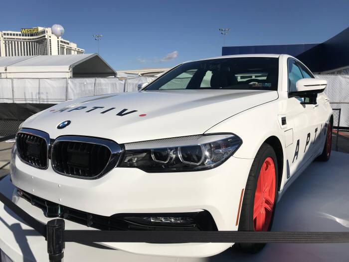미국 라스베이거스에서 열린 'CES 2018'에서 차량 공유업체 '리프트(Lyft)와 함께 자율주행 헤일링(차량호출) 서비스를 제공한 '앱티브(APTIV)' 자율주행차 BMW 540i. 류종은 기자 rje312@etnews.com