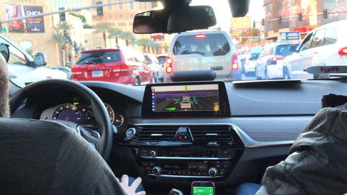 미국 라스베이거스에서 열린 'CES 2018'에서 차량 공유업체 '리프트(Lyft)와 함께 자율주행 헤일링(차량호출) 서비스를 제공한 '앱티브(APTIV)' 자율주행차 주행 모습. 류종은 기자 rje312@etnews.com