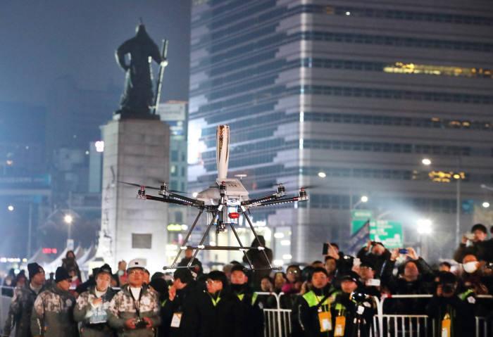 서울 종로구 광화문광장에서 5G 네트워크를 연결한 5G 드론이 성화봉송 퍼포먼스를 진행하고 있다