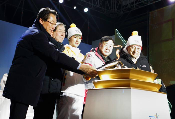 참석 귀빈들이 임시성화대에 '올림픽 횃불'을 옮겨 붙이고 있다. 왼쪽부터 김영종 종로구청장, 박원순 서울시장, 김민찬 KT 선수, 이희범 평창동계올림픽조직위원장, 황창규 KT 회장