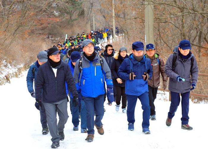오스만 알 감디 에쓰오일 CEO(맨 앞줄 왼쪽 첫번째부터)이 류열 사장 등 임직원 200여명이 13일 서울 북한산 우이령길에서 신년산행 행사를 갖고 새해 각오를 다졌다. [자료:에쓰오일]