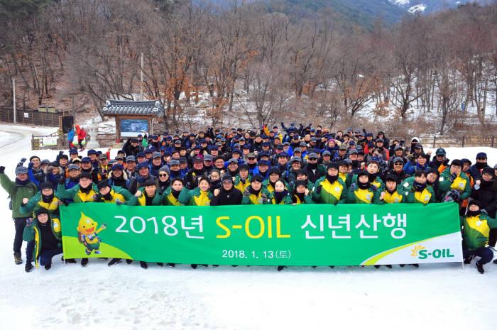 오스만 알 감디 CEO (맨 앞줄 가운데)가 13일 서울 북한산 우이령길에서 올해 신입사원과 회사 임직원 등과 신년산행 행사를 갖고 기념촬영 했다. [자료:에쓰오일]