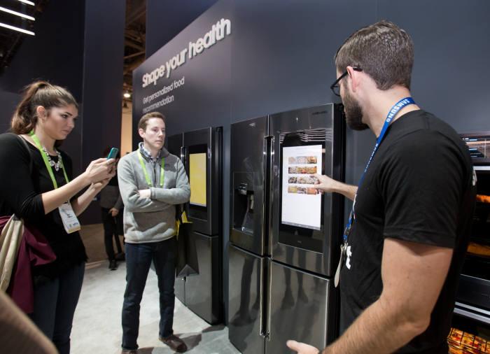 삼성전자 CES 2018 부스에 설치된 패밀리허브 냉장고