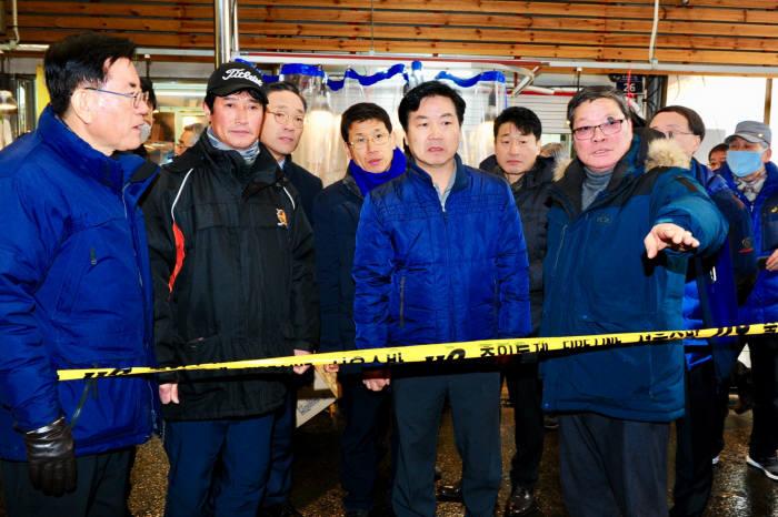 홍종학 중소벤처기업부 장관(오른쪽 두 번째)이 서울 청량리 전통시장 화재 현장을 찾아 피해 상황을 살펴보고 있다.