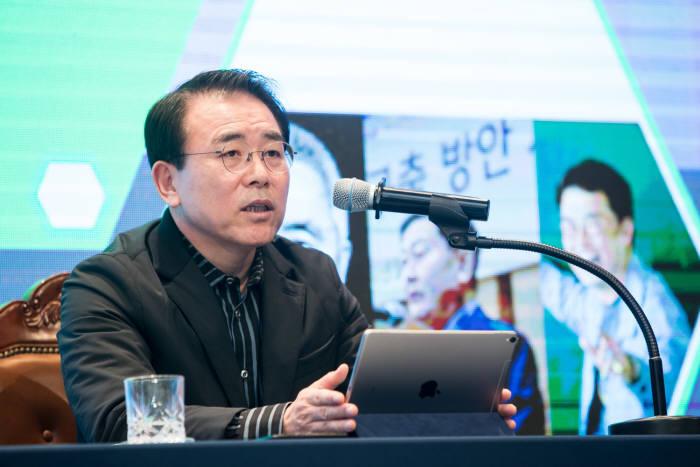 조용병 신한금융그룹 회장이 '더 높은 시선, 창도하는 신한을 이끄는 리더의 역할과 자세'를 주제로 강연했다.