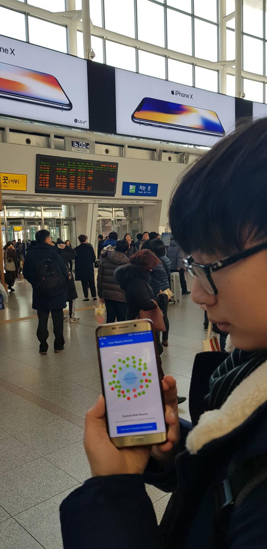 지난 11일 오후 서울 용산구 서울역에서 국내 보안업체 노르마 한 연구원이 블루투스 취약점 기기를 탐지하고 있다.
