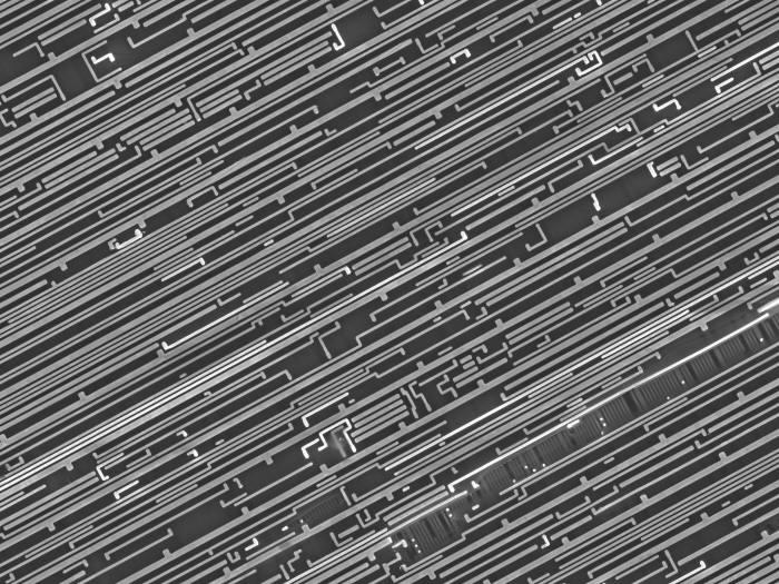 사진 1. 오늘날의 반도체는 수백만에 달하는 소자를 나도 단위에서 집적해 만든다. 출처: shutterstock