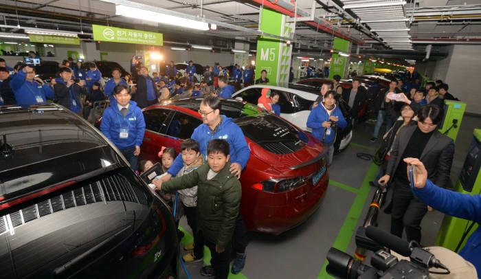 지난해 11월 서울 잠실 롯데월드타워에서 열린 '전기차 최다·동시 충전 월드 챌린지(EVuff@Seoul2017)' 행사에서 전기차 이용자들이 자신의 차량을 충전하고 있다.