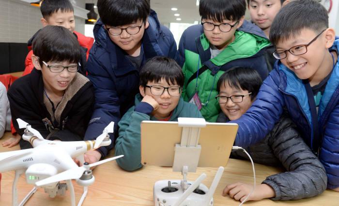 2회 드림업 SW교육에 참여한 학생들이 드론 멘토링 교육을 받고있다. 전자신문DB