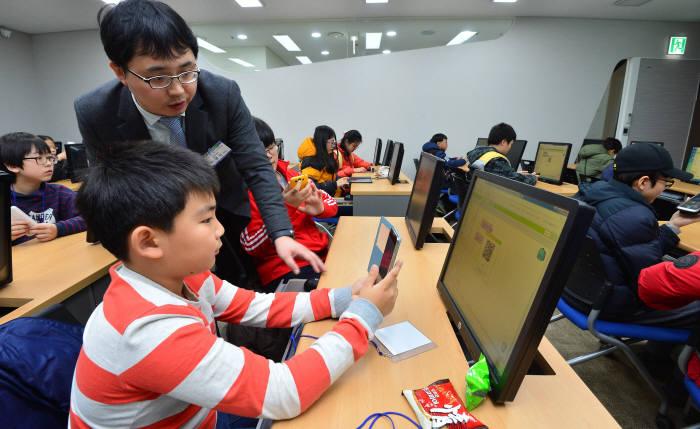 2회 드림업 SW교육에 참여한 교사가 학생을 지도하고 있다. 전자신문 DB