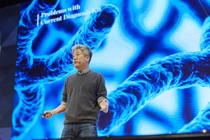 백승찬 진캐스트 CEO가 지난해 12월 코엑스에서 열린 스파크랩 10기 데모데이에서 혈액 내 유전자를 통한 조기암 검진 키트 'GC CANCER KIT'를 소개했다.