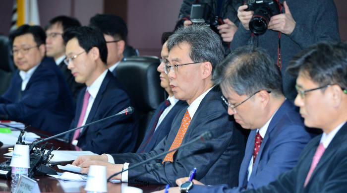 지난 23일 미 세탁기-태양광 세이프가드 조치에 따른 민관합동 대책회의에서 김현종 통상교섭본부장(오른쪽서 세번째)이 발언하고 있다.