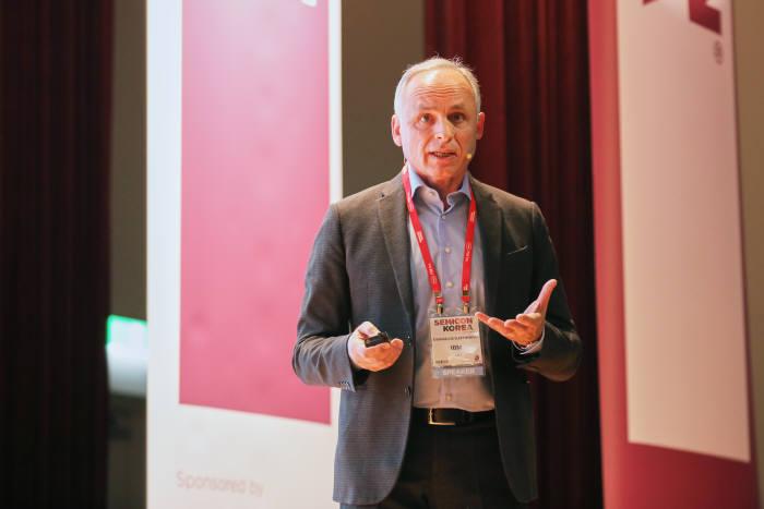 에반겔로스 엘레프테리우 IBM 클라우드 및 컴퓨팅 인프라 부서장이 세미콘코리아 2018 기조연설에서 강연하고 있다.