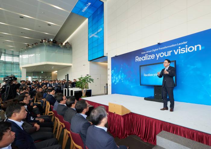 홍원표 삼성SDS 대표가 서울 잠실 본사에서 임직원을 대상으로 2020 글로벌 비전을 알리는 행사를 열고 새 비전을 소개하고 있다.