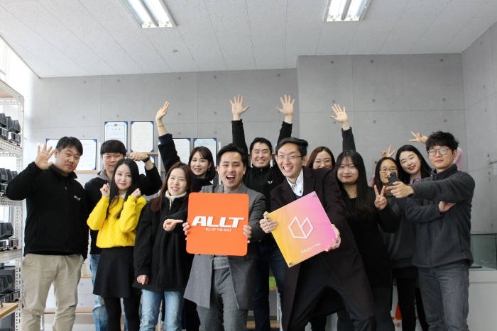 김태준 올트 대표(앞줄 왼쪽), 김종성 데일리버튼 대표(앞줄 오른쪽)와 양사 직원들이 제휴 협약 후 기념 촬영을 했다.