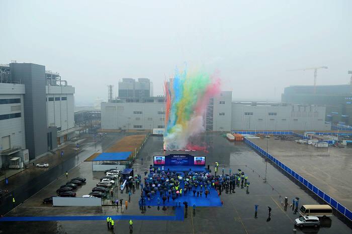 차이나스타(CSOT)는 작년 12월 28일 우한 T4 공장 본관과 발전소의 지붕을 덮는 기념행사를 개최했다. (사진=차이나스타)
