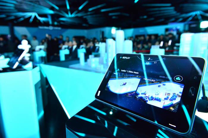 2018 평창 동계올림픽에서 선보일 첨단 정보통신기술(ICT)을 체험하는 방법은 다양하다. 경기장 곳곳에서 또는 경기장을 방문하지 않더라도 5대 ICT 서비스를 만나볼 수 있다. 5G 시범서비스에 이용될 삼성전자 5G 단말.