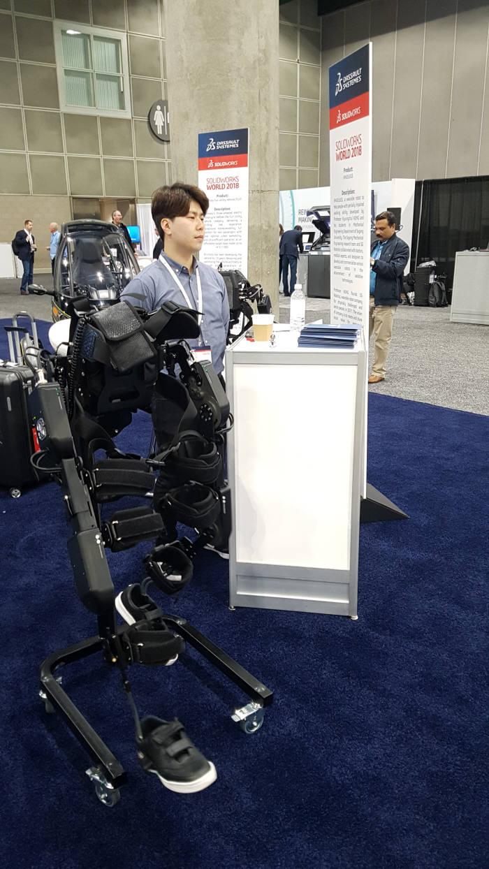 7일(현지시간) 미국 로스앤젤레스(LA)에서 열린 '솔리드웍스월드 2018'에서 SG로보틱스가 전시한 전신마비 장애인 보행을 돕기위한 웨어러블 로봇 '엔젤렉스(ANGELEGS)'.