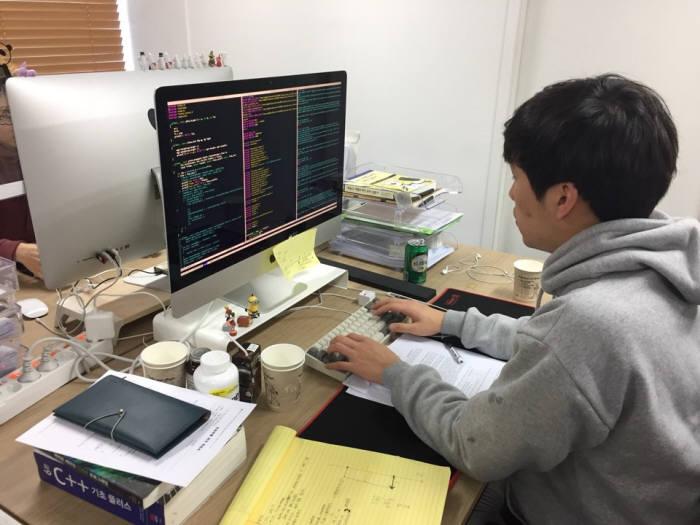 뷰노코리아 관계자가 AI 진단지원 솔루션 개발을 하고 있다.