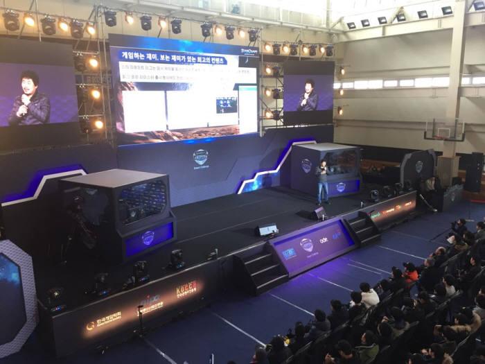 국기봉 팀장(무대)이 10일 중앙대에서 열린 스타크래프트:리마스터 대회 스쿨챔피언쉽 드림챌린지에서 강연을 하고 있다.