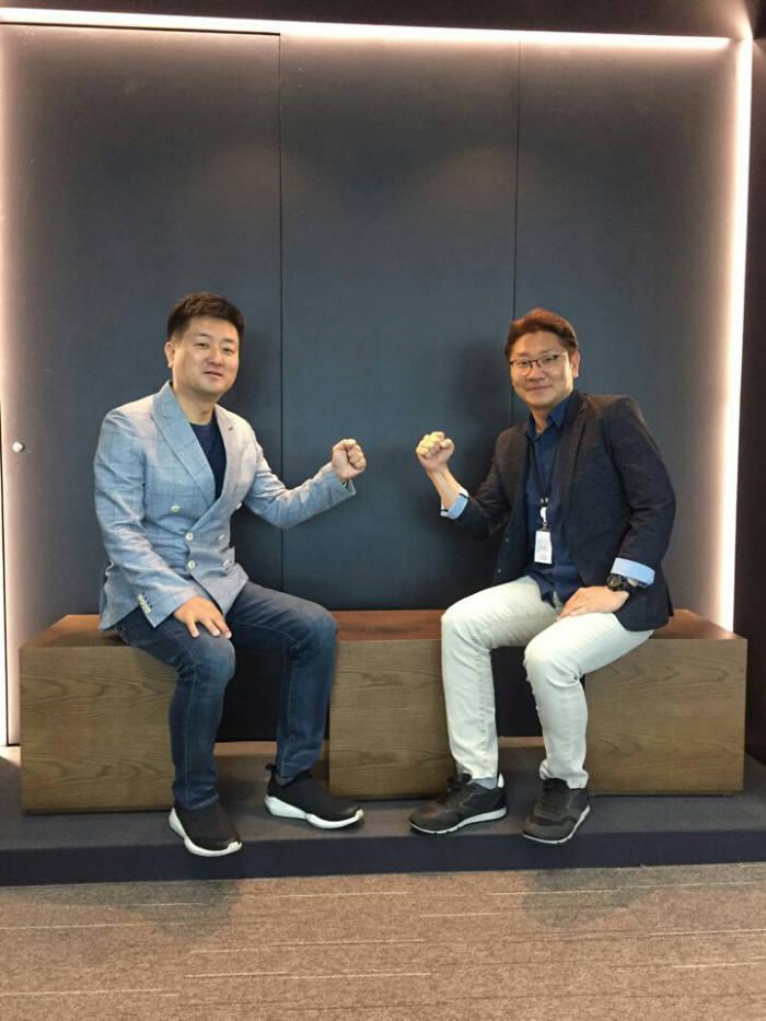 이준호 센스톤 대표(왼쪽)와 유창훈 대표(오른쪽)가 파이팅을 하고 있다.