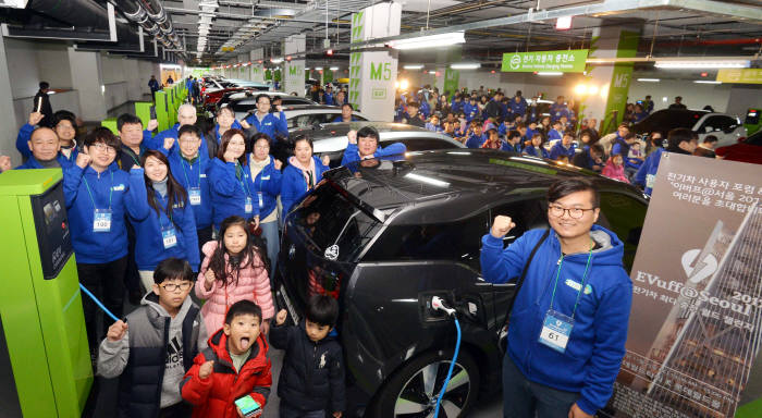 지난해 11월 서울 잠실 롯데월드타워에서 열린 '전기차 최다·동시 충전 월드 챌린지(EVuff@Seoul2017)' 행사에서 전기차 이용자들이 파이팅을 외치고 있다.