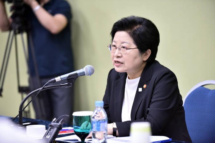 정현백 여성가족부 장관이 2017년 8월 전라북도 새만금컨벤션센터에서 열린 '제17회 세계한민족여성네트워크' 기자간담회에서 모두발언하고 있다.사진:여성가족부 제공