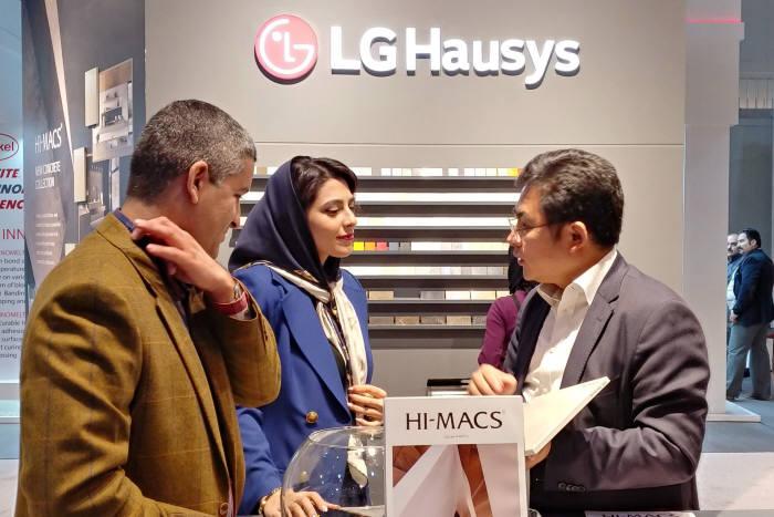 LG하우시스 직원이 전시장을 찾은 방문객에게 인조대리석 제품을 설명하고 있다.