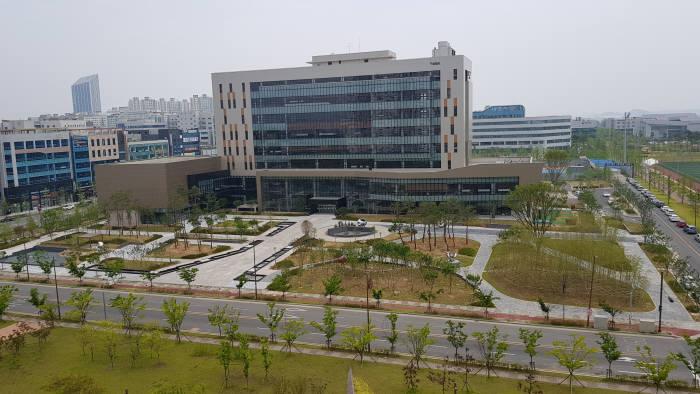 지난해 7월 광주전남 빛가람혁신도시로 이전한 한국인터넷진흥원(KISA·원장 김석환)이 지역 사회 밀착 경영에 적극 나선다.