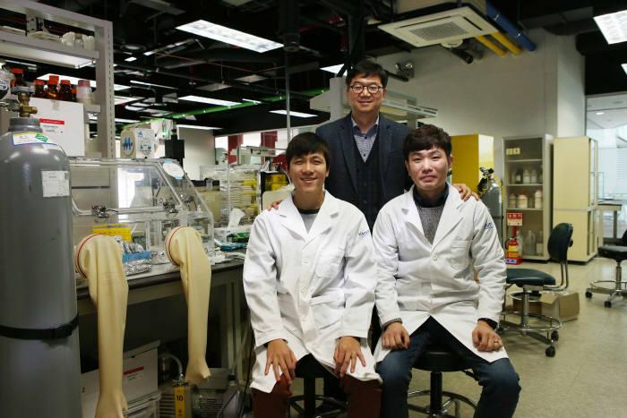 최성율 KAIST 전기 및 전자공학부 교수(가운데)와 남윤용 박사과정(왼쪽), 장병철 박사과정(오른쪽)이 KAIST 연구실에서 기념촬영했다.