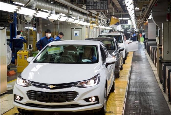 준중형 모델 '크루즈'가 생산 중인 한국지엠 군산공장. 회사는 13일 올해 5월까지 군산공장 생산을 중단하고, 공장을 폐쇄하기로 결정했다.