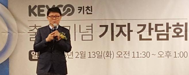 전성호 솔루엠 대표가 주방용 사물인터넷 기기 키코 키친을 소개하고 있다.<사진 솔루엠>