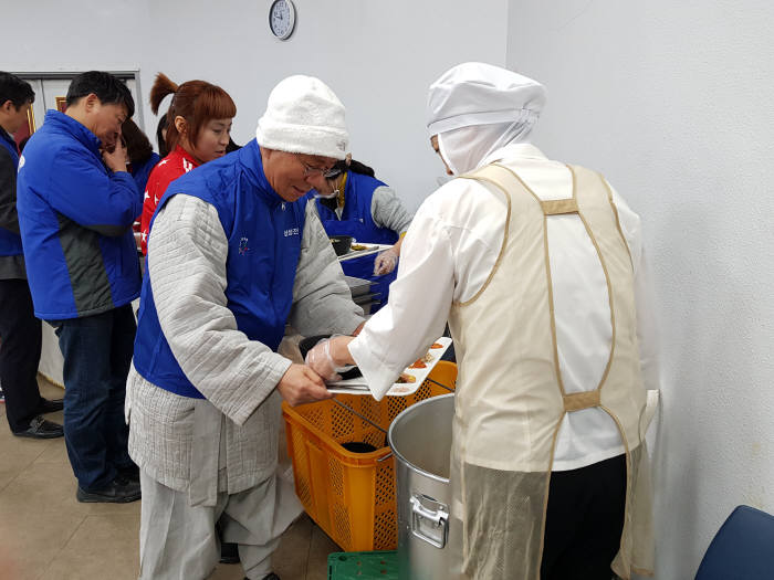 삼성전자스마트시티 임직원, 구미지역 복지관 등에 선물세트 전달