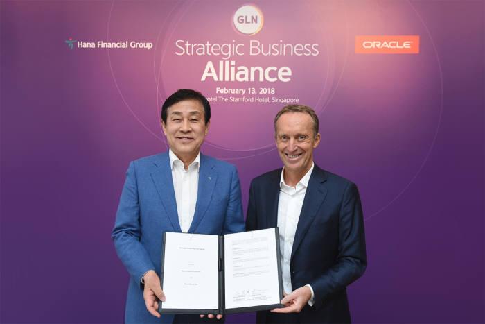 김정태 하나금융그룹 회장(왼쪽)이 13일 싱가포르 스위소텔 더 스탬포드 호텔에서 로익 르 귀스케(Loic Le Guisquet) 오라클 유럽 및 아태평양 총괄사장과 글로벌 로열티 네트워크(Global Loyalty Network, 이하 'GLN') 구축 및 공동 마케팅을 위한 파트너십을 체결했다.